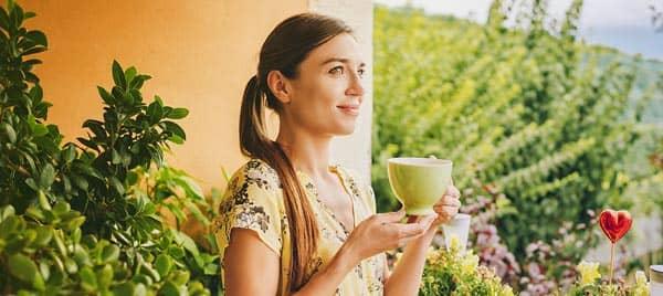 balkonunda-cay-icen-kadin-yesil-cay-dr-ceyhun-nuri Bir İçim Çay